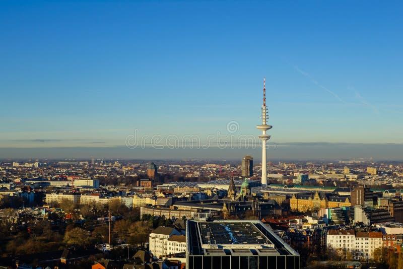 Πανόραμα του Αμβούργο cityview στο μπλε ουρανό στοκ εικόνα με δικαίωμα ελεύθερης χρήσης