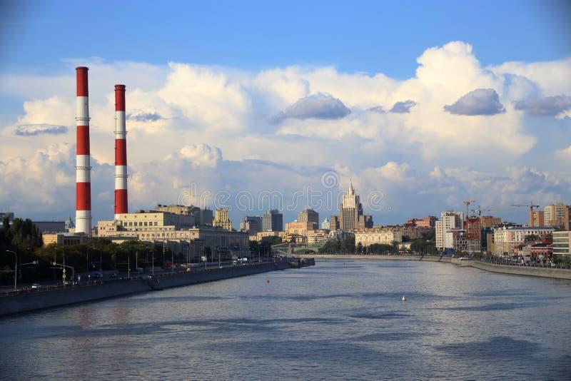 Πανόραμα του αναχώματος Berezhkovskaya που αγνοεί τους σωλήνες του σταθμού παραγωγής ηλεκτρικού ρεύματος TETs-12 στοκ εικόνες