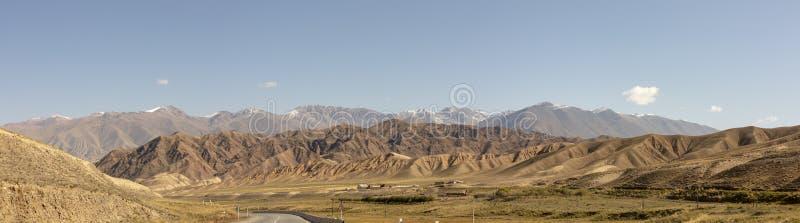 Πανόραμα του δρόμου μέσω του φαραγγιού κοιλάδων ποταμών Chu σε αγροτικό Kyrgyzs στοκ φωτογραφίες