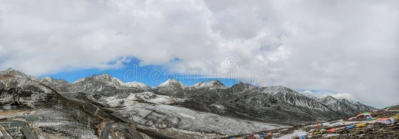 Πανόραμα του δρόμου στο βουνό χιονιού στοκ εικόνα με δικαίωμα ελεύθερης χρήσης
