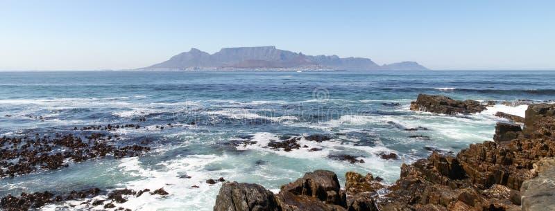 Πανόραμα του επιτραπέζιου βουνού, Καίηπ Τάουν, Νότια Αφρική Φωτογραφισμένος θερινό ` s ημερησίως από το νησί Robben στοκ φωτογραφίες