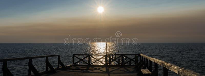 _ Πανόραμα του ηλιοβασιλέματος στην αποβάθρα στοκ εικόνες