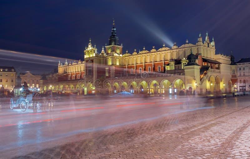 Πανόραμα του κύριου τετραγώνου αγοράς τη νύχτα, Πολωνία, Κρακοβία στοκ εικόνες με δικαίωμα ελεύθερης χρήσης