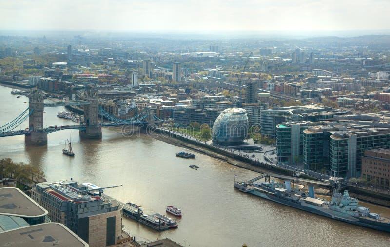 πανόραμα του Λονδίνου πόλ& πύργος του Τάμεση ποταμών &gam στοκ εικόνες