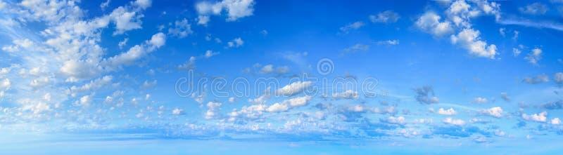 Πανόραμα του ουρανού με τα άσπρα σύννεφα στοκ φωτογραφίες