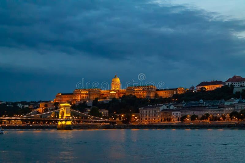 Πανόραμα του ποταμού Δούναβη Άποψη των παλαιών κτηρίων της Βουδαπέστης του ουγγρικού Κοινοβουλίου και των μεσαιωνικών ναών και κτ στοκ εικόνες