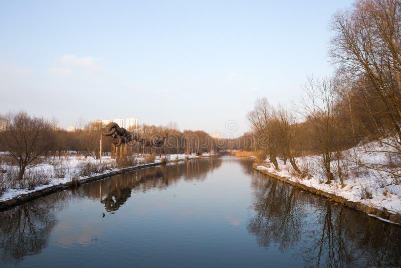 Πανόραμα του ποταμού και των δέντρων στο πάρκο χειμερινών πόλεων Μόσχα Ρωσία στοκ εικόνες