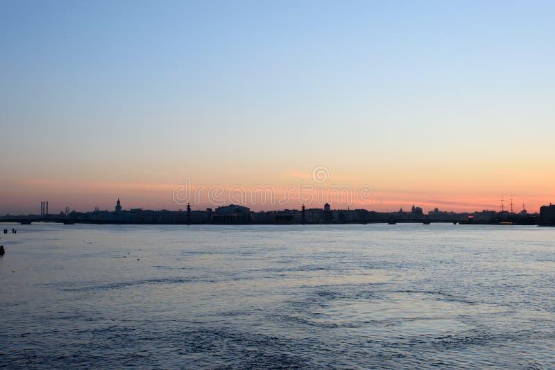 Πανόραμα του ποταμού Neva και άποψη του νησιού Vasilievsky με το Τ στοκ εικόνες