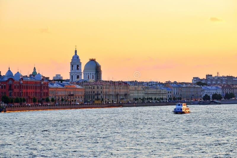 Πανόραμα του ποταμού Neva και του πλέοντας σκάφους στο ηλιοβασίλεμα στοκ φωτογραφία με δικαίωμα ελεύθερης χρήσης