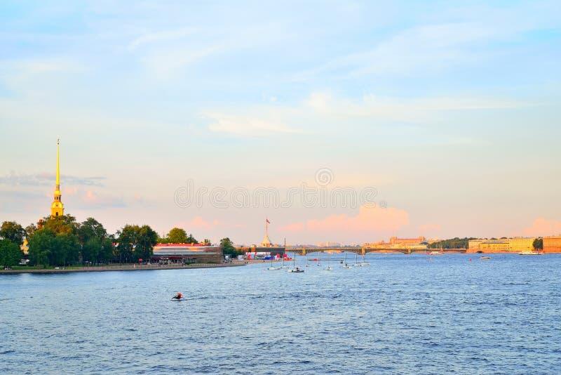 Πανόραμα του ποταμού Neva, του φρουρίου του Peter και του Paul και του bri τριάδας στοκ φωτογραφία με δικαίωμα ελεύθερης χρήσης