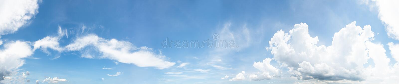 Πανόραμα του σαφούς μπλε ουρανού με το άσπρο υπόβαθρο σύννεφων Ημέρα καθαρίσματος και καλός καιρός το πρωί στοκ εικόνες