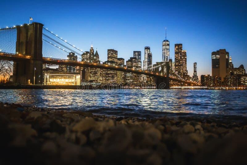 Πανόραμα του στο κέντρο της πόλης Μανχάταν και της γέφυρας του Μπρούκλιν τη νύχτα στοκ εικόνα με δικαίωμα ελεύθερης χρήσης