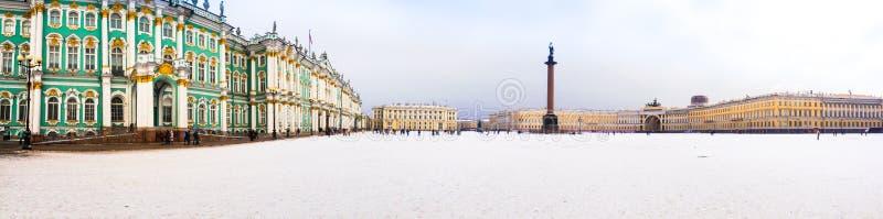 Πανόραμα του τετραγώνου χειμερινών παλατιών με μια άποψη της στήλης του Αλεξάνδρου στοκ εικόνα με δικαίωμα ελεύθερης χρήσης