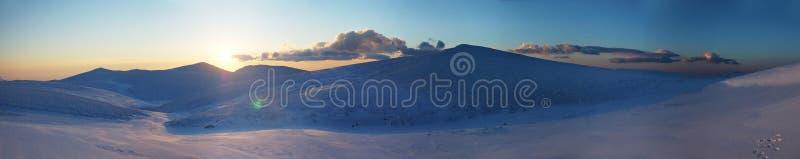 Πανόραμα του τοπίου βουνών χιονιού με το μπλε ουρανό στοκ εικόνες