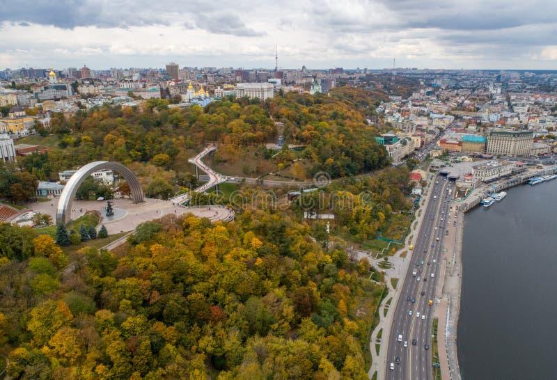 Πανόραμα του φθινοπώρου Κιέβου με ένα τετροκόπτερο στοκ φωτογραφία