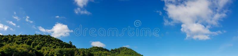 Πανόραμα του όμορφου βουνού τοπίων με το σαφή μπλε ουρανό και το άσπρο υπόβαθρο σύννεφων Ημέρα καθαρίσματος και καλός καιρός στοκ εικόνες