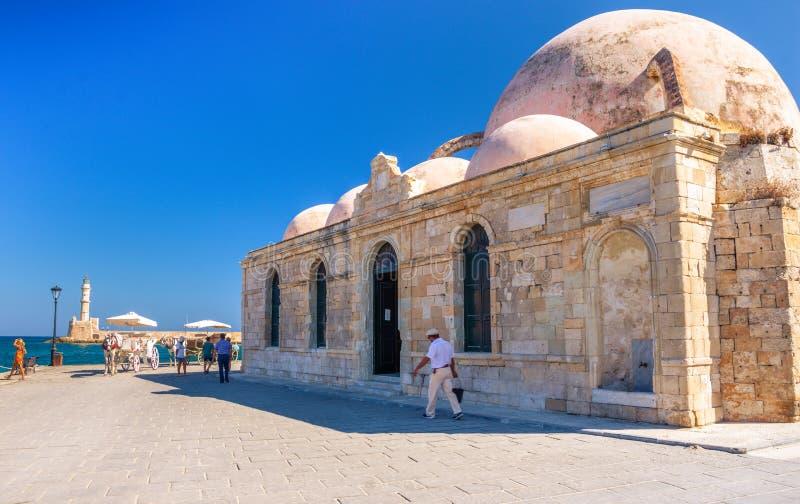 Πανόραμα του όμορφου παλαιού λιμανιού Chania με τον καταπληκτικό φάρο, μουσουλμανικό τέμενος, ενετικά ναυπηγεία, στο ηλιοβασίλεμα στοκ φωτογραφίες με δικαίωμα ελεύθερης χρήσης
