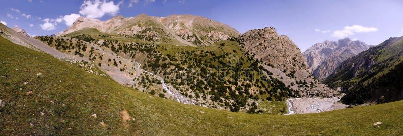 Πανόραμα των βουνών στον ποταμό, τις αιχμές και τα πράσινα στοκ εικόνα με δικαίωμα ελεύθερης χρήσης