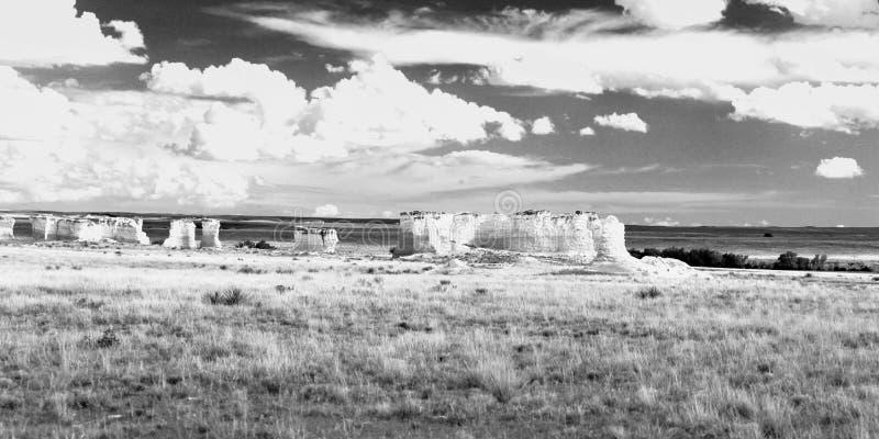 Πανόραμα των βράχων μνημείων στο δυτικό Κάνσας στοκ εικόνες