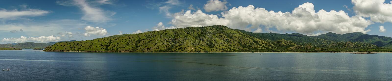 Πανόραμα των εθνικών βουνών πάρκων Komodo από τον κόλπο νησιών Komodo, Ινδονησία στοκ εικόνα με δικαίωμα ελεύθερης χρήσης