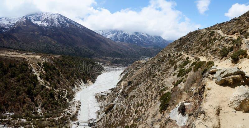 Πανόραμα των Ιμαλαίων με τον ποταμό Dudh Kosi, ανατολικό Νεπάλ στοκ εικόνες