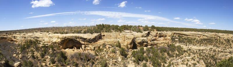 Πανόραμα των κατοικιών απότομων βράχων στο εθνικό πάρκο Mesa Verde στοκ εικόνες