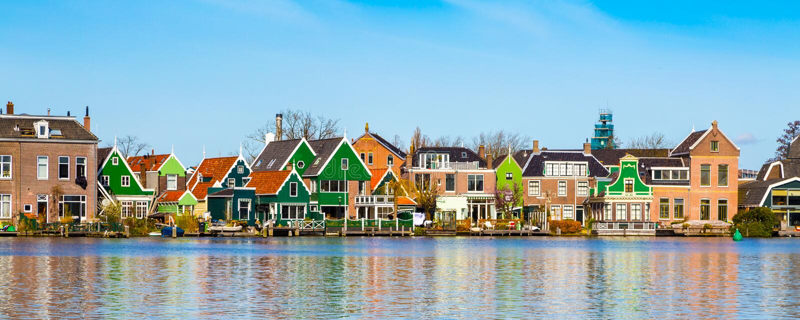 Πανόραμα των παλαιών ολλανδικών παραδοσιακών σπιτιών σε Zaanse Schans και λίμνη, Ολλανδία στοκ εικόνες με δικαίωμα ελεύθερης χρήσης