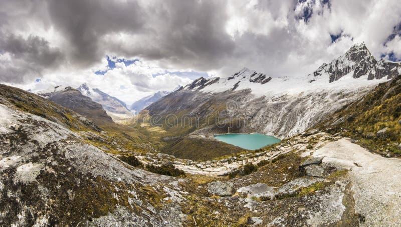 Πανόραμα των χιονισμένων βουνών των Άνδεων και της μπλε λίμνης στοκ φωτογραφία με δικαίωμα ελεύθερης χρήσης