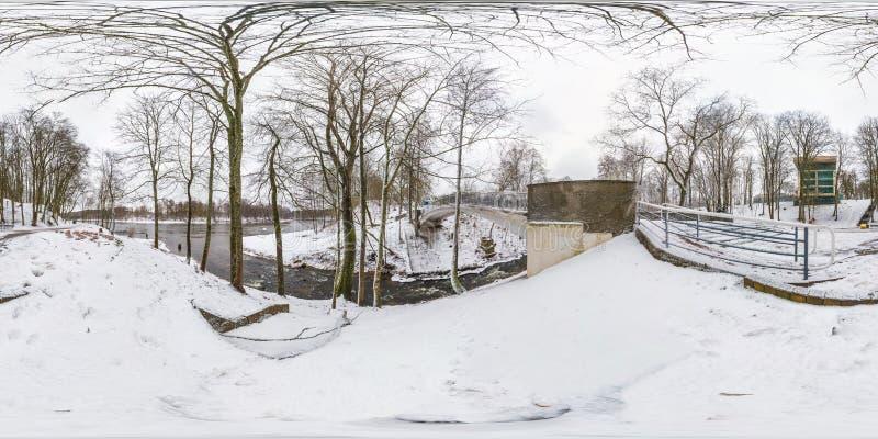 Πανόραμα χειμερινού πλήρες σφαιρικό άνευ ραφής hdri 360 βαθμοί άποψης γωνίας στο χιονώδες πάρκο κοντά στη γέφυρα του μικρού ποταμ στοκ φωτογραφία με δικαίωμα ελεύθερης χρήσης