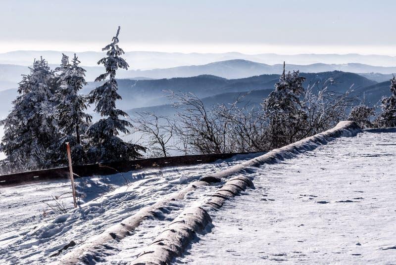 Πανόραμα χειμερινών βουνών με το χιονισμένο δρόμο από το λόφο hora Lysa στα βουνά Moravskoslezske Beskydy στην Τσεχία στοκ φωτογραφία