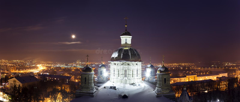 Πανόραμα χειμερινών πόλεων νύχτας με τον ορθόδοξο καθεδρικό ναό στη πανσέληνο στοκ εικόνες