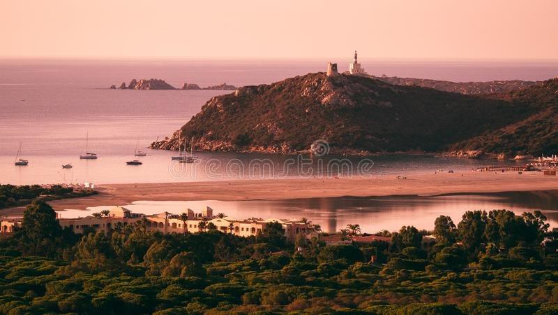 Πανόραμα Carbonara ακρωτηρίων στην ανατολή Villasimius, Σαρδηνία, Ιταλία στοκ φωτογραφίες