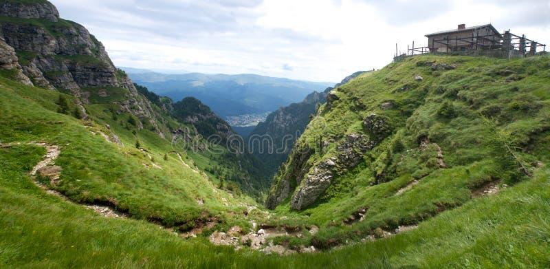 Πανόραμα Carpathians κοιλάδων βουνών Bucegi στοκ φωτογραφία