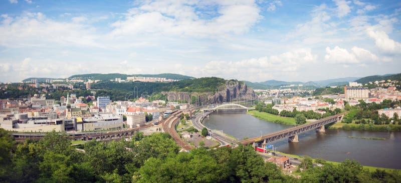 Πανόραμα NAD Labem Usti οριζόντων πόλεων, Τσεχία, ποταμός Labe Elbe, γέφυρα στοκ φωτογραφία