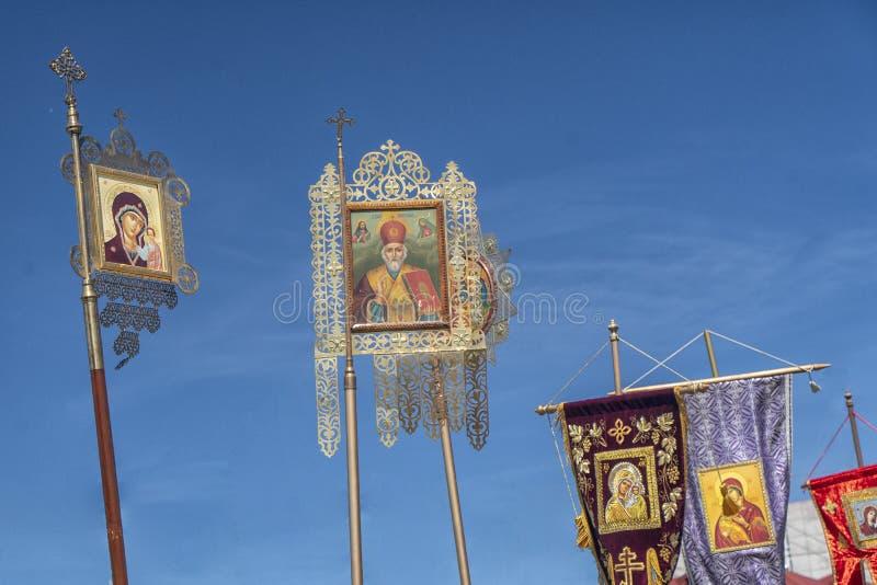 Πανό, λιτανεία, εικόνες της Ορθόδοξης Εκκλησίας ενάντια στον γαλάζιο ουρανό στοκ εικόνες