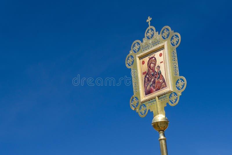 Πανό, λιτανεία, το σύμβολο της ιβηρικής μητέρας του Θεού σε ένα γαλάζιο φόντο στοκ εικόνες με δικαίωμα ελεύθερης χρήσης