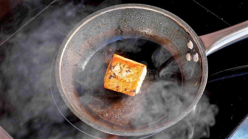 Παν-τηγανισμένα ψάρια, η λωρίδα τόνου στο βράζοντας στον ατμό τηγανίζοντας τηγάνι στοκ εικόνα με δικαίωμα ελεύθερης χρήσης
