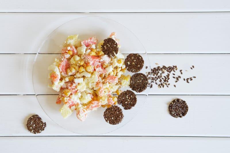 Παξιμάδι και σαλάτα λιναριού με το ροζ και ανανάς σε ένα διαφανές πιάτο κατανάλωση υγιής στοκ φωτογραφία