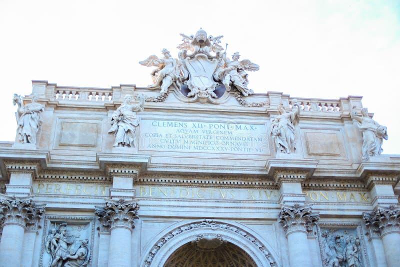 Παπάς Clemens ΧΙΙ επιγραφή στη σοφίτα της πηγής TREVI στη Ρώμη, Ιταλία στοκ φωτογραφία με δικαίωμα ελεύθερης χρήσης