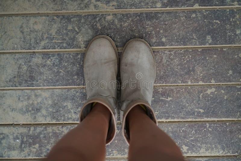 Παπούτσια γυναικών ` s άνωθεν στο βρώμικο ξύλινο πάτωμα στοκ εικόνες