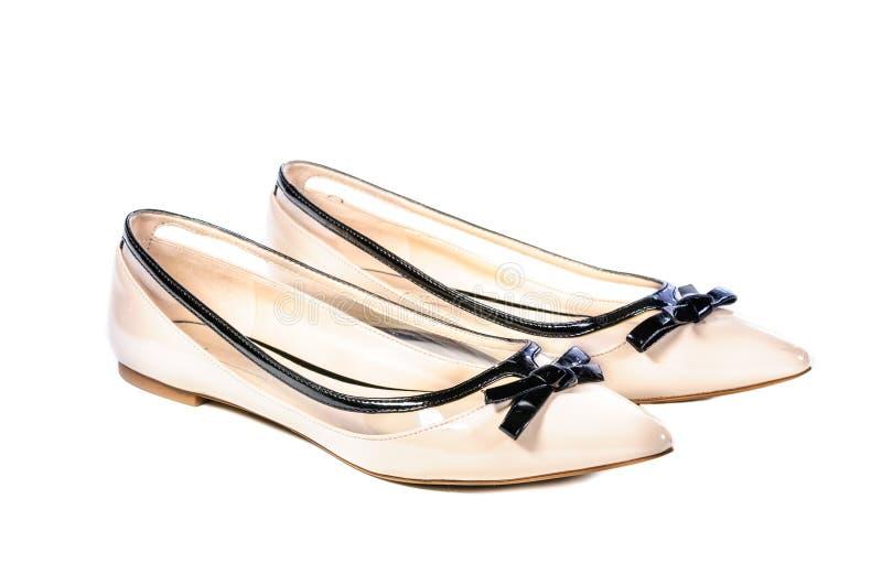 Παπούτσια, ζευγάρι των μπεζ θηλυκών παπουτσιών στοκ φωτογραφία