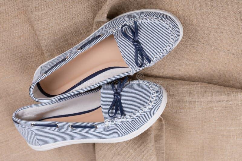 Παπούτσια θερινών υφασμάτων γυναικών στο ύφασμα λινού, η έννοια των θερινών παπουτσιών στοκ εικόνες με δικαίωμα ελεύθερης χρήσης