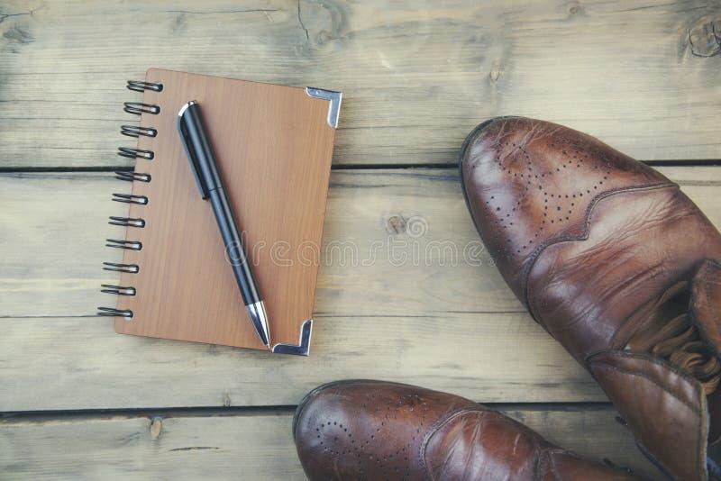 παπούτσια και σημειωματάριο στοκ φωτογραφίες με δικαίωμα ελεύθερης χρήσης