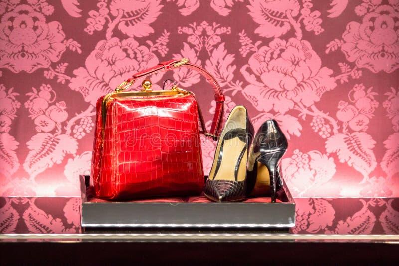 Παπούτσια και τσάντα σε ένα κατάστημα μόδας πολυτέλειας στοκ φωτογραφία