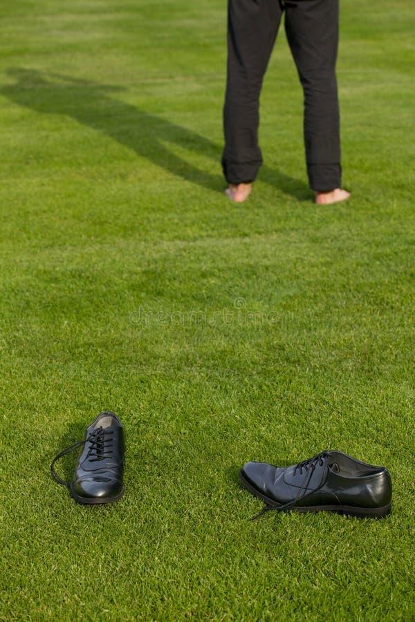 Παπούτσια και χαμηλό τμήμα ενός ατόμου στοκ εικόνες με δικαίωμα ελεύθερης χρήσης