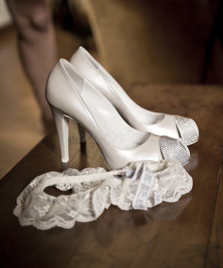 Παπούτσια και garter νυφών στοκ φωτογραφία με δικαίωμα ελεύθερης χρήσης