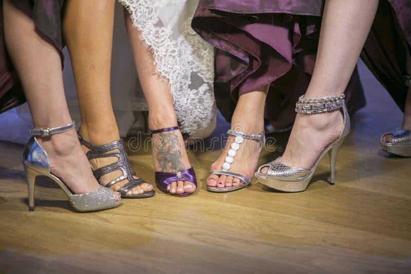 Παπούτσια κοριτσιών νυφών σε έναν γάμο στοκ φωτογραφία με δικαίωμα ελεύθερης χρήσης