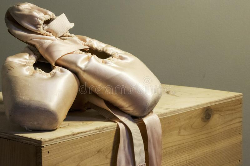 Παπούτσια μπαλέτου που επιδεικνύονται επάνω στην αποχώρηση στοκ εικόνες