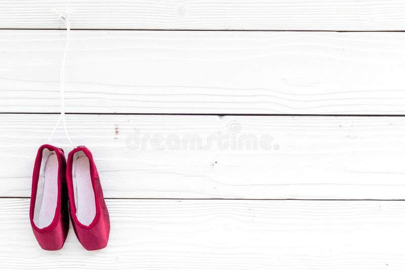 Παπούτσια μπαλέτου pointe στο άσπρο ξύλινο διάστημα αντιγράφων άποψης υποβάθρου τοπ στοκ εικόνα με δικαίωμα ελεύθερης χρήσης