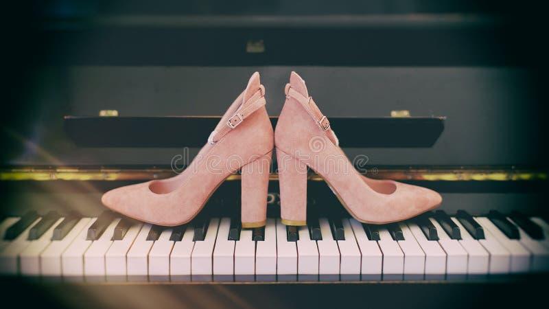 Παπούτσια νυφών στο πιάνο στοκ εικόνα με δικαίωμα ελεύθερης χρήσης